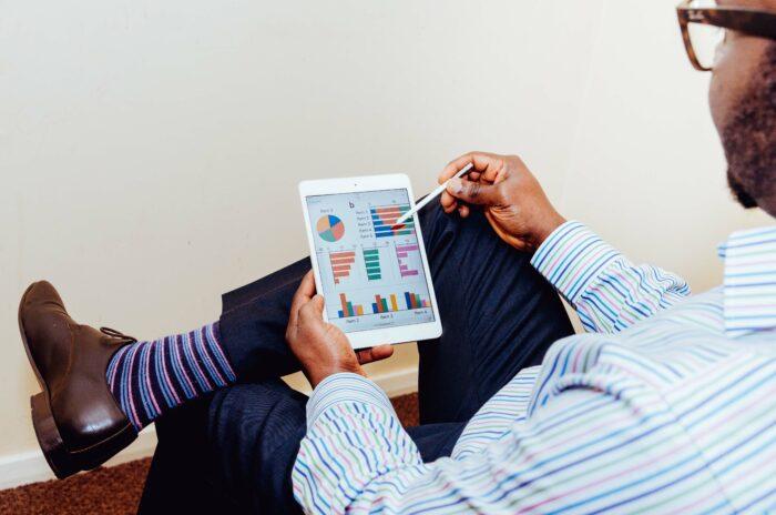 与信管理の予算を検討する男性