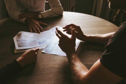 債権保全策について議論する与信管理担当者